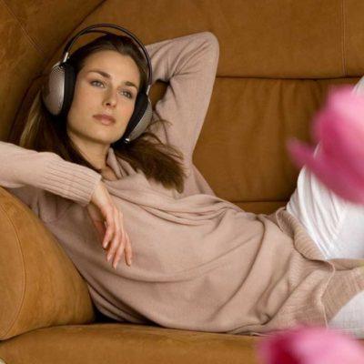 Gemütlich entspannt auf der Couch liegen.