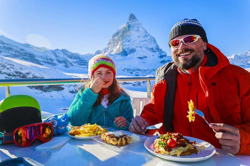 Essen vor dem Matterhorn.