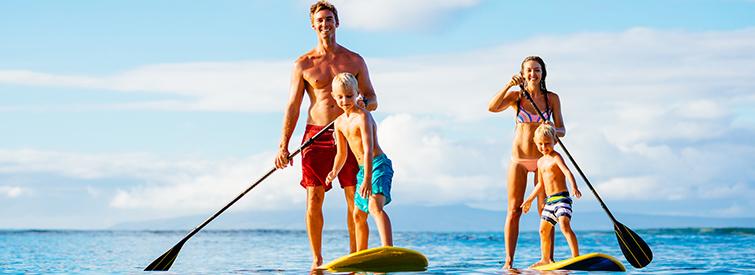 Familiensport mit Sonnenschutz haelt gesund und gluecklich