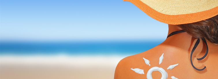 Sonnenschutzmittel grosszuegig auf der Haut verteilen