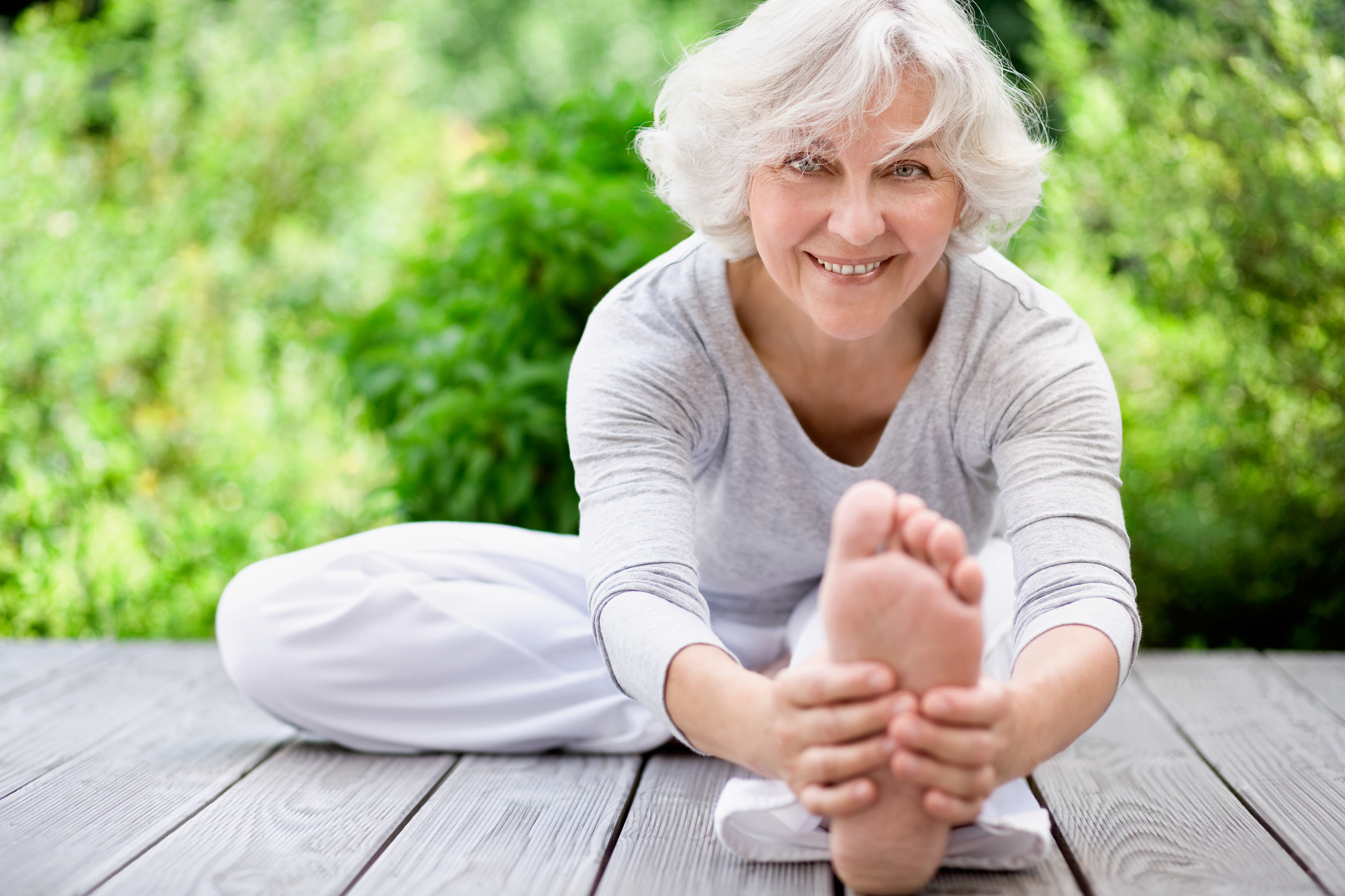 Sportliche Seniorin beim Streching