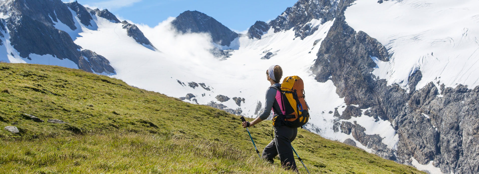 Eine Wanderin in dem Alpen