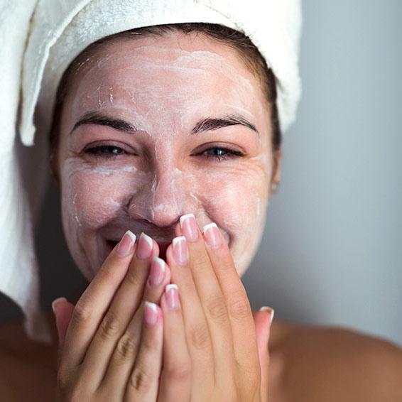 Der wichtigste Schritt ist die tägliche Gesichtsreinigung morgens und abends!