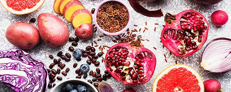 Vollkornprodukte und Gemüse hingegen verfügen über eine Menge Ballaststoffe.