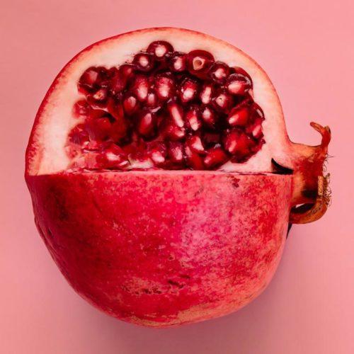 Granatapfel enthält, Punicinsäure, Flavonoide, Linolsäure, Vitamin C, Beta-Carotin, Fruchtextrakte und Spurenelemente.