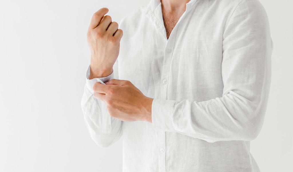 Mann in weißem Leinenhemd.