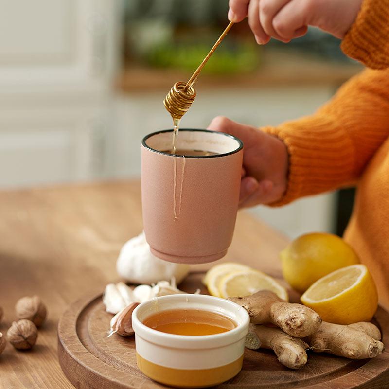 Tee mit Honig trinken.