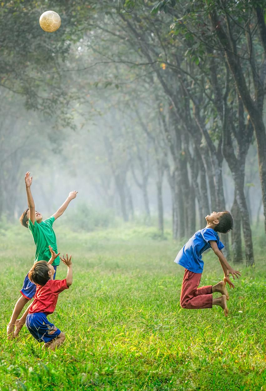 Kinder springen aktiv im Frühling