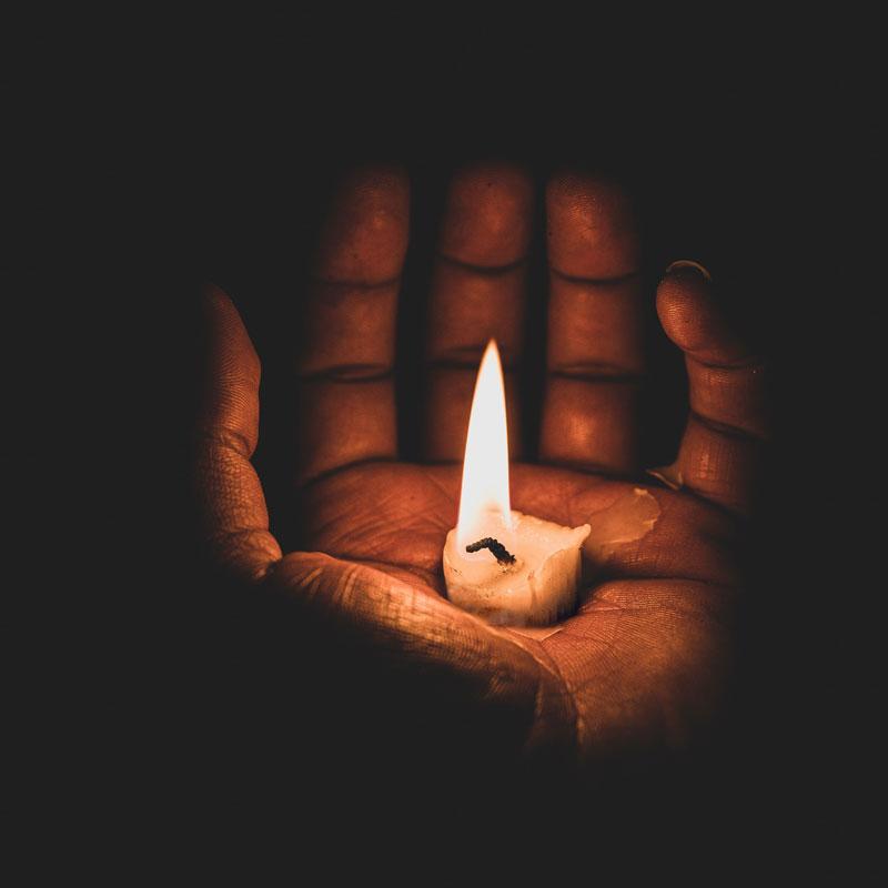Hand mit Kerze